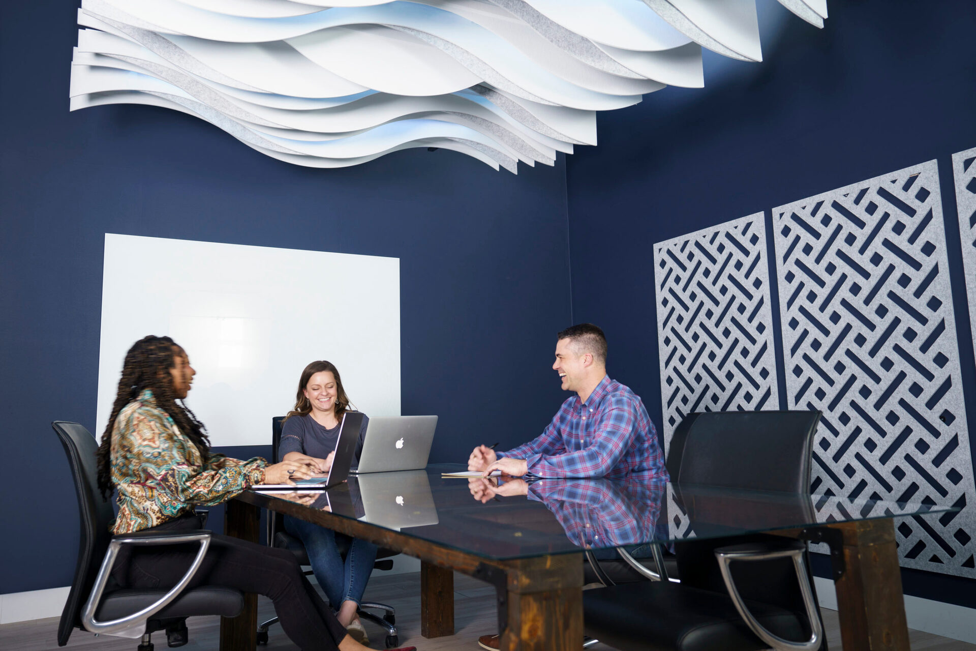 In this conference room, the Londe Ceiling Baffle and Mur Mounted Wall Panels provide a stylish aesthetic while helping reduce reverberation and echo within the room.