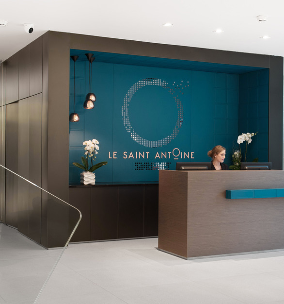 The reception area at Hôtel Le Saint-Antoine featuring the BASWA Phon Fine acoustical plaster system.