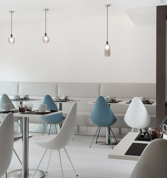 The restaurant dining area at Hôtel Le Saint-Antoine has a clean and pleasing aesthetic that reflects the overall design. BASWA Phon Fine was utilized to maintain the look while controlling acoustics for an enjoyable experience.