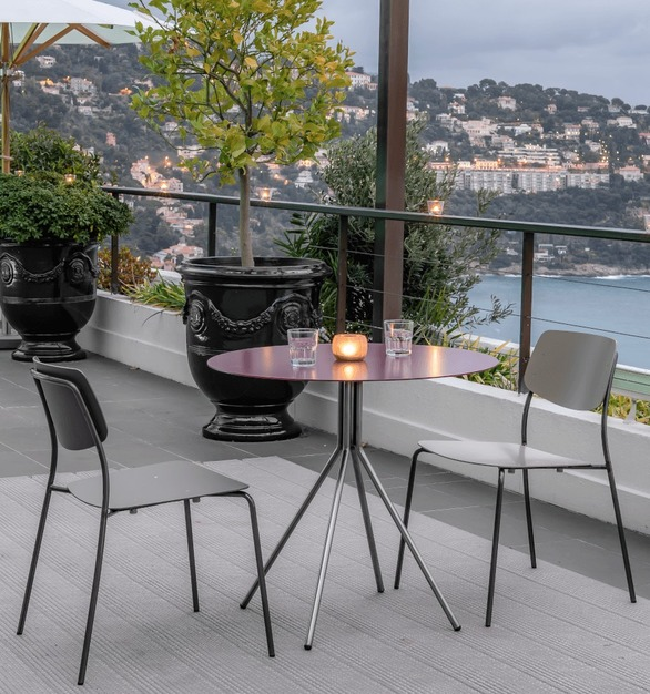 Felber C18 is ready for outdoor use. This lightweight stacking chair from the FelberCollection not only cuts a fine figure on the balcony but is also suitable for the outdoor area of ​​cafes and restaurants.