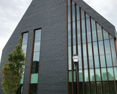 The CUPACLAD® 101 RANDOM rainscreen cladding system mixes well with the window design at the College of Engineering, Technology and Aeronautics building at SNHU.
