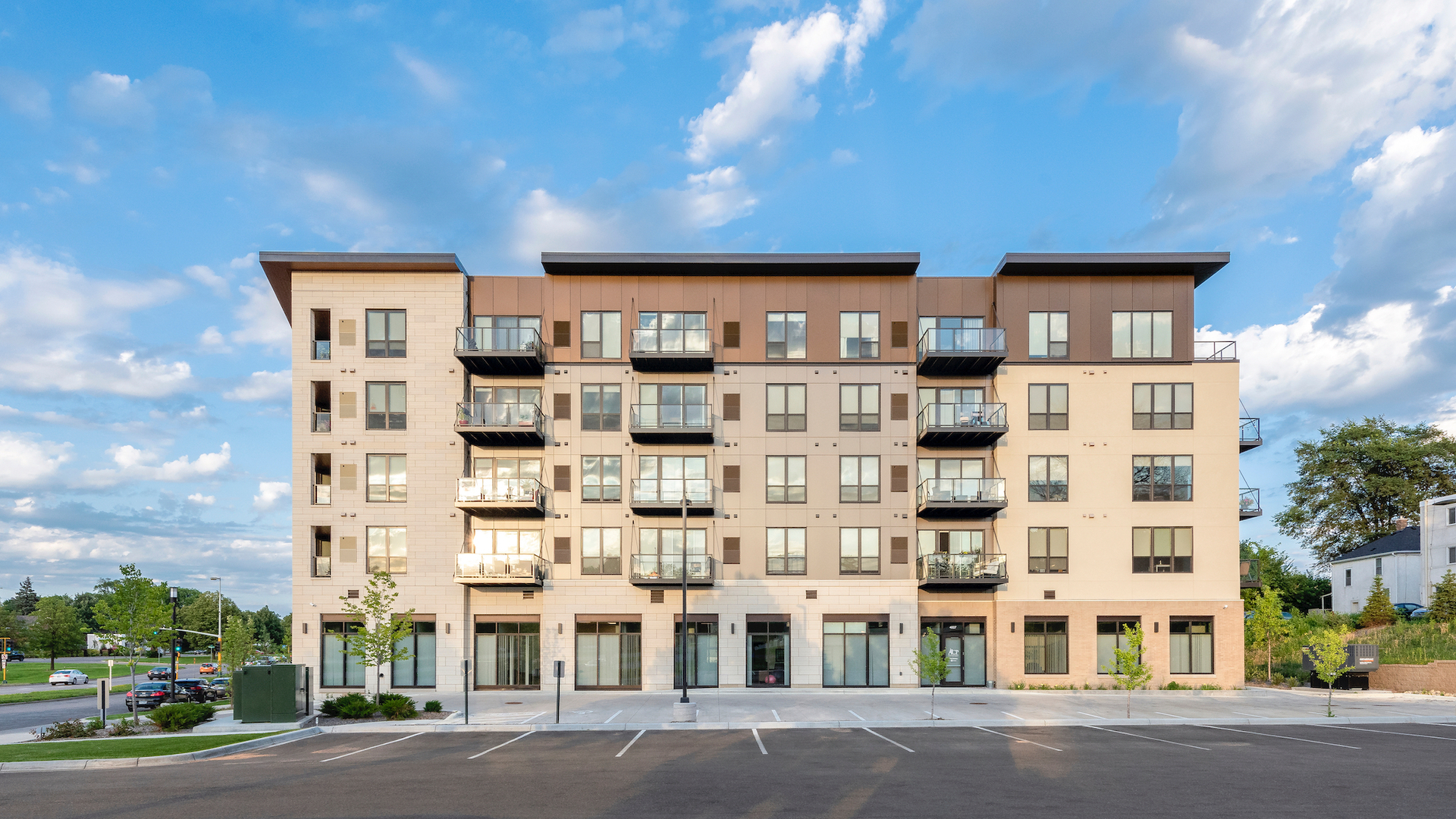 The outdoor parking to Parkway 25 in St. Louis Park, MN, gives guests and tenants an easy way to access the building.