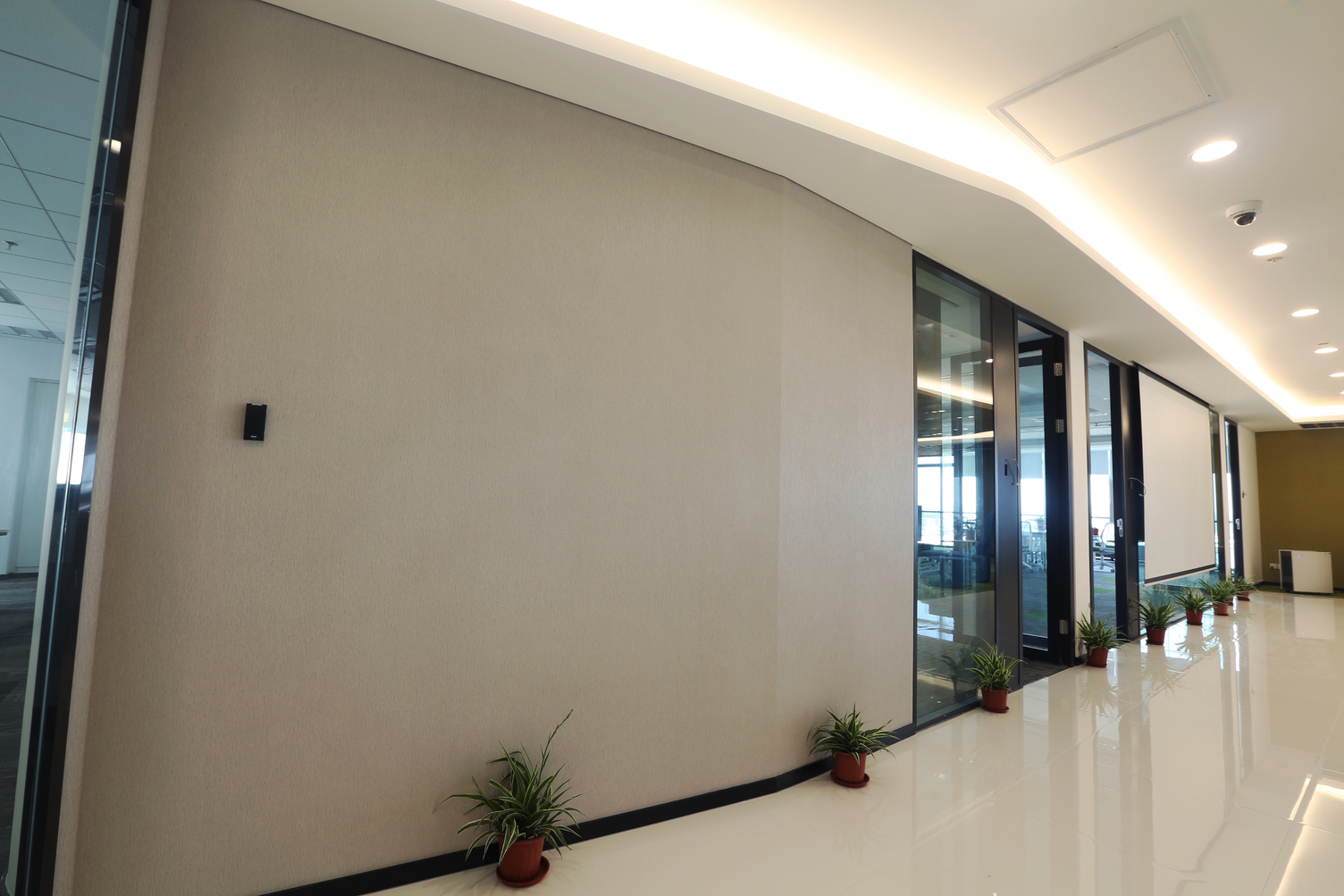 DuPont™ Tedlar™ Wallcoverings protect the high-traffic hallway in the Corteva corporate office.