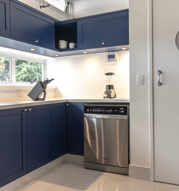 What goes perfect with navy blue? A stunning solid surface countertop in Durasein's Arctic White.