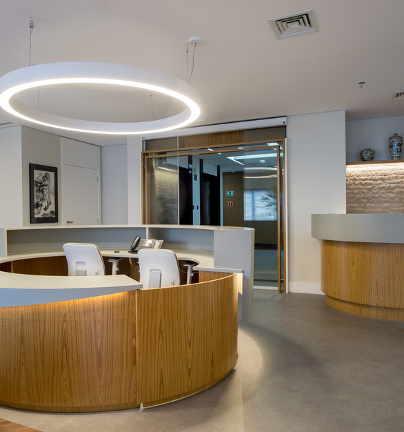 To exemplify, we present the project of Clínica São Paulo Health Clinic, carried out by the architect Paulo Setubal van Deursen, which relied on the use of Durasein solid surfaces.