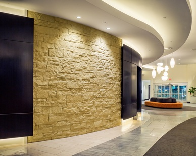 Stonewall design using Eldorado Stone's Cut Coarse Stone in Oyster.