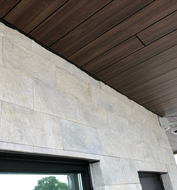 Ridgetop18 in Whisper White, by Eldorado Stone, is a blend of modern and traditional with this large-faced stone.