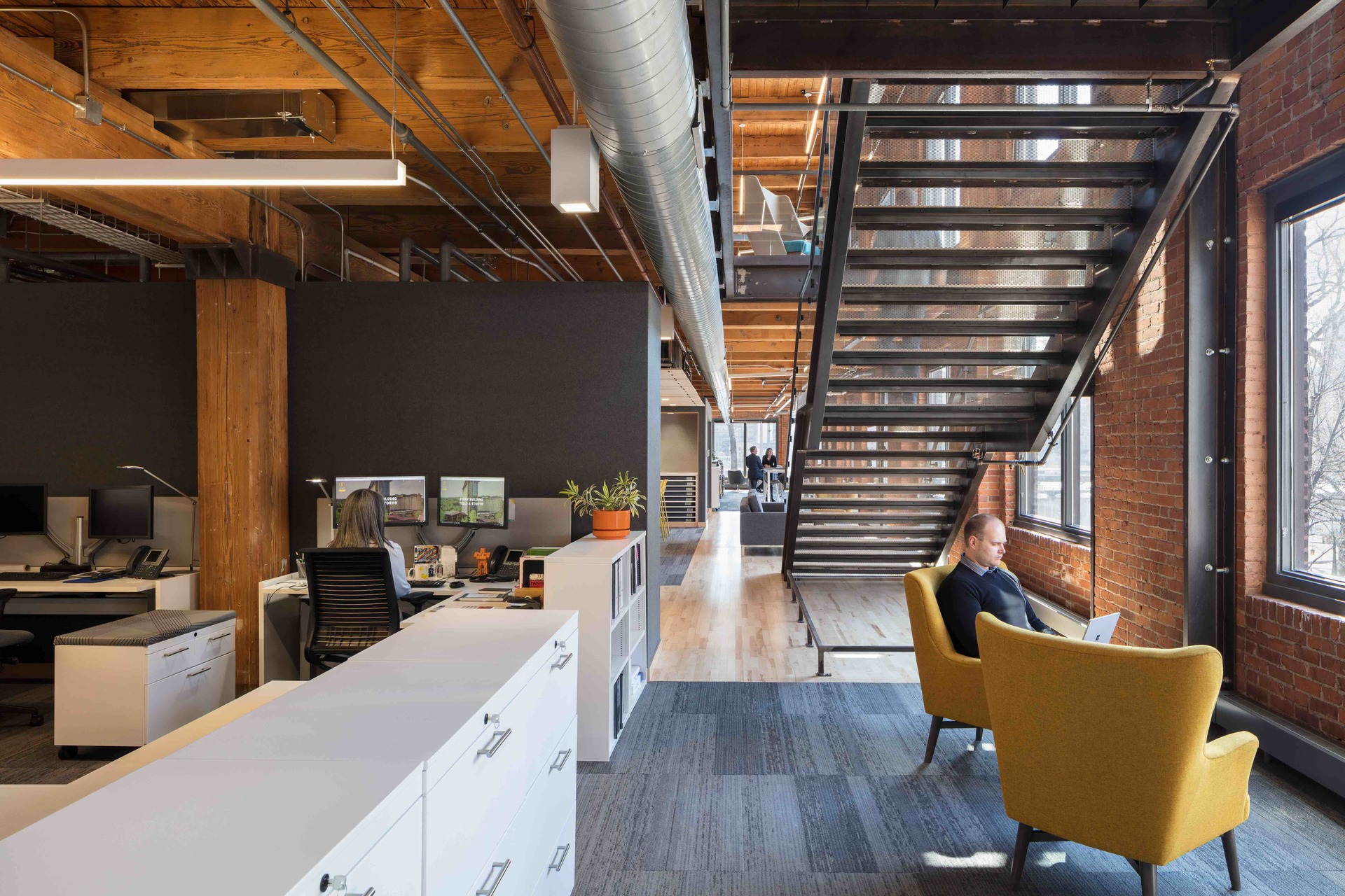 Versatile workspaces give people the flexibility to move around and find a comfortable space for increased productivity and collaboration.