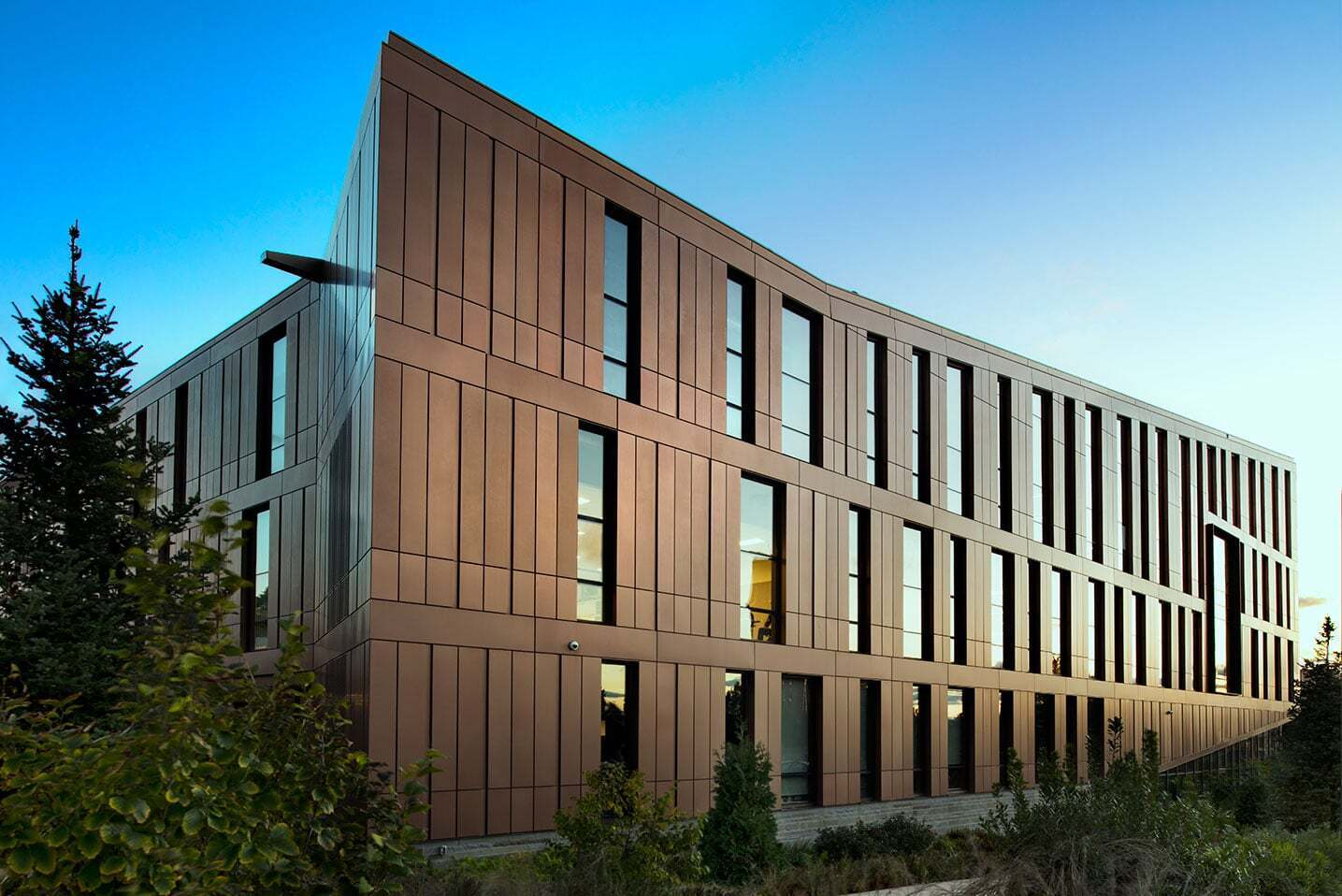 This University wanted a unique exterior to their new building.  They chose Dri-Design Shadow Series panels in order to create depth and definition to the brand-new building on campus.   Individual panels can be extended at varying depths to create texture or a dynamic variation in patterns, all while keeping the substrate and weather barrier in the same plane.