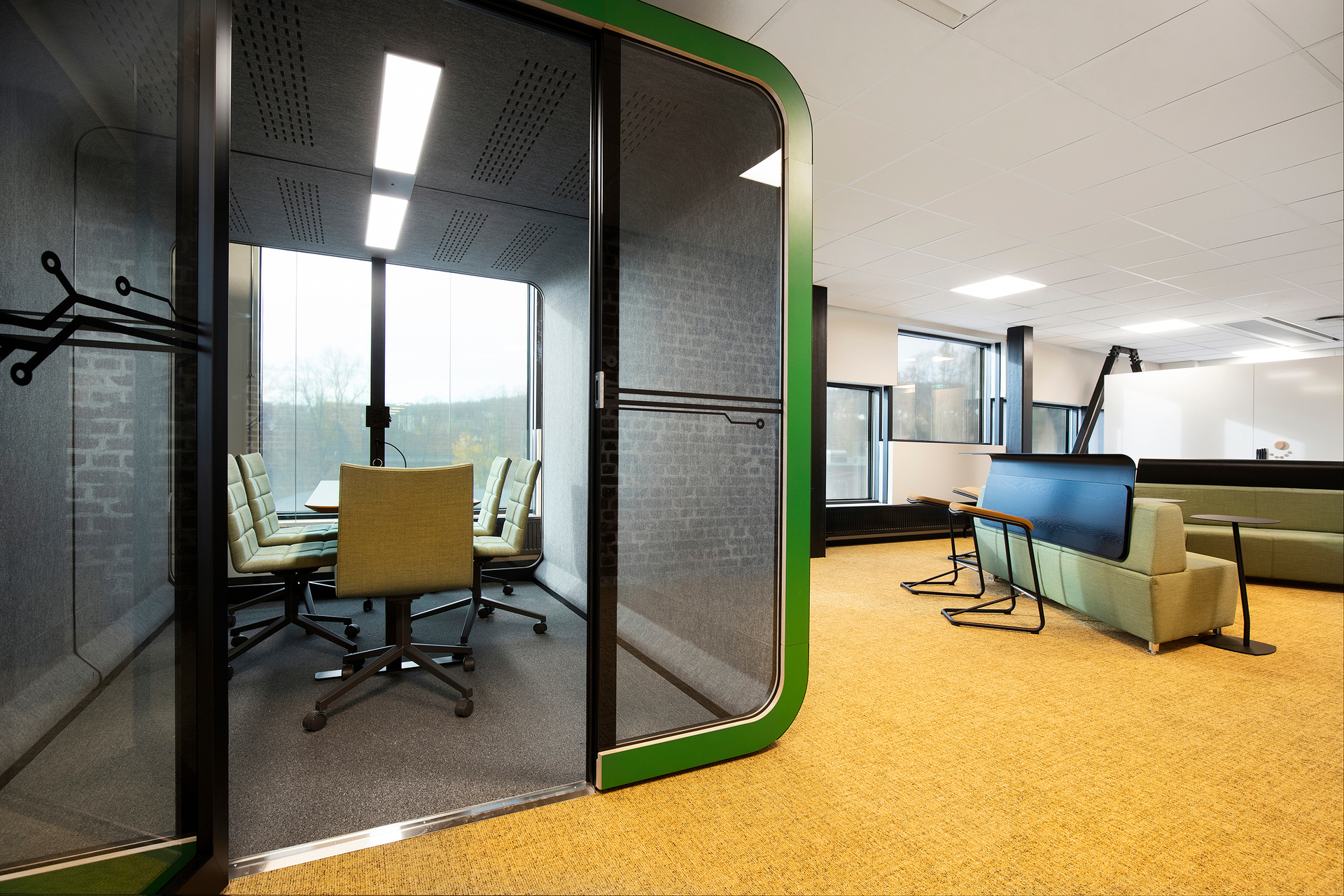 The Framery 2Q meeting booth is designed for 4-6 people. It's the best place to co-create, brainstorm and have meetings.