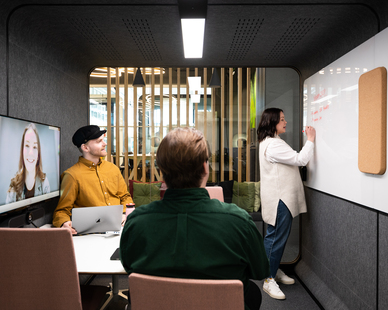 The Framery 2Q Huddle is an ideal setup for your meetings, whether everyone attending is present or some are joining remotely. Gather your team of four around a spacious table where everyone fits comfortably, laptops included!