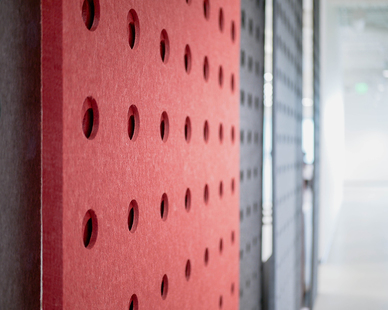 Fräsch used their PANL products which is an acoustical laser-cut divider screen to provide noise absorption without taking space from the office itself.