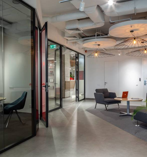 CGP Partition systems allows you to quickly and efficiently divide any space into several zones, creating a comfortable environment for the office staff and visitors.