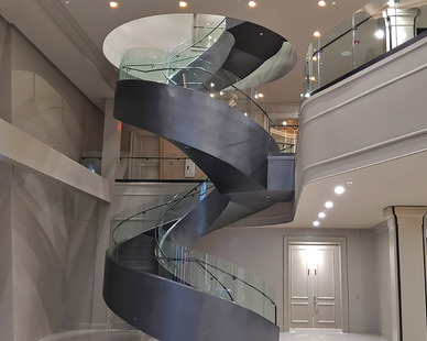 Glasshape Hi Point Interior Curved Tempered Glass Swivel Master Staircase