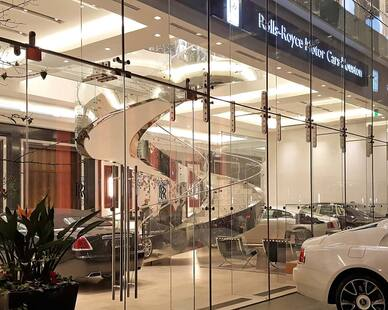 Floor to ceiling glass windows can accentuate the facade of contemporary buildings. Incorporating our toughened (tempered) glass balustrades can help match the interior design with the exterior finish.