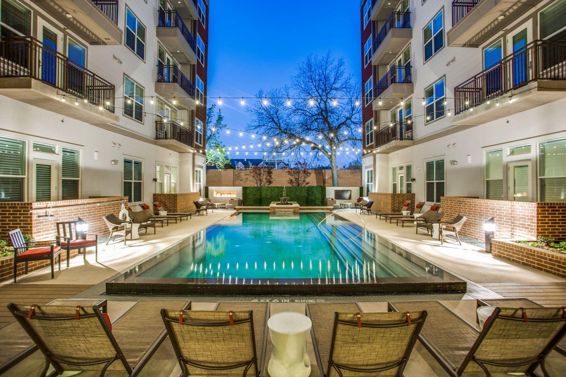 Gorgeous infinity-edge pool at this luxury apartment in Dallas, TX, by Hensley Lamkin Rachel.