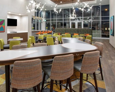 A contemporary bar at Homewood Suites by Hilton, located in Edina, Minnesota. Nelson-Rudie provided structural design services for the project.