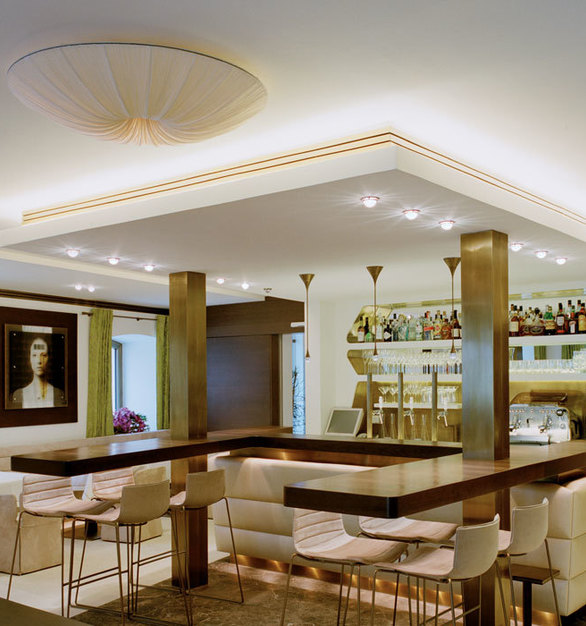 The chic bar lighting by Swarovski Lighting keeps this area modern and classic at the same time.