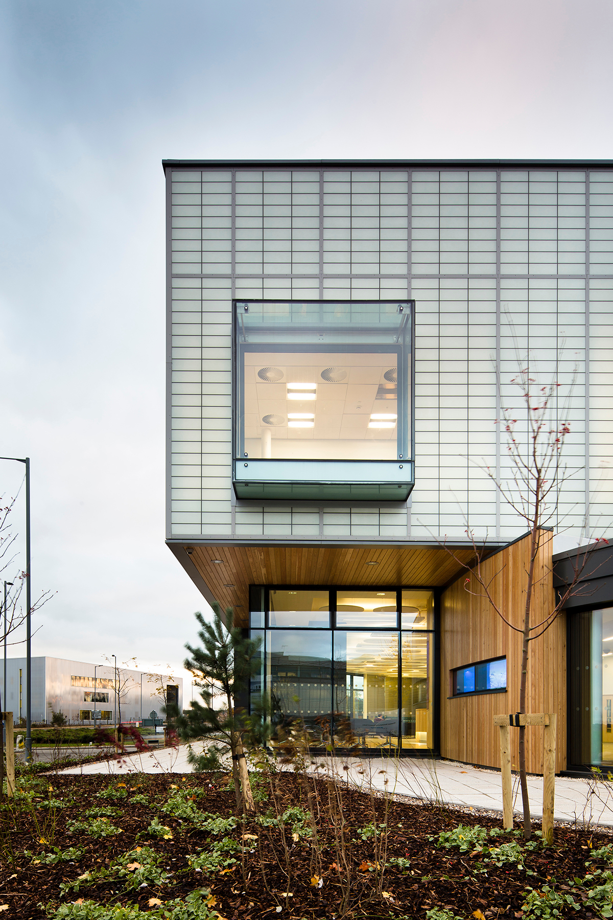 The two-story building that is part of the University of Sheffield's Advanced Manufacturing Research Centre is a testament to function, style, and efficiency.  Photography: David Jewell Photography©