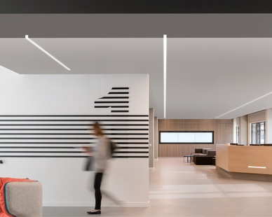 Create a unique finish with a continuous line of light. Perfect for drywall ceilings with exposed vertical fasciae, Notch 1's optional trimless Dado endcap adds texture, depth and detail to the ceiling plane, extruding the hollow architecture to the edge of drywall soffit.