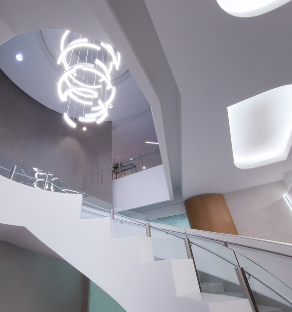 The American Airlines Admirals Club was refreshed with modern amenities flyers can enjoy and relax before a flight. OCL provided custom suspended chandeliers for the stairway lobby to bring the space together.