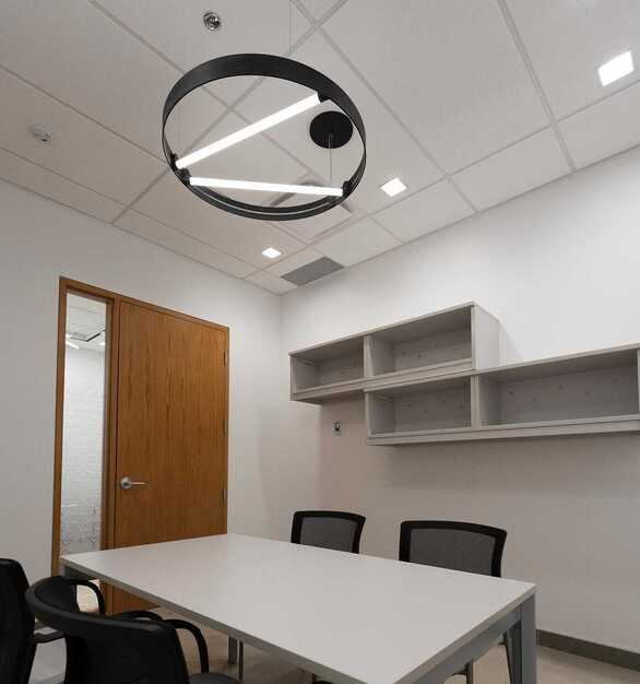 SLICE can be magnetically positioned anywhere on the ARENA for easy on-site installation or reconfiguration of the lighting environment.  Photographer: Michael Tenaglia