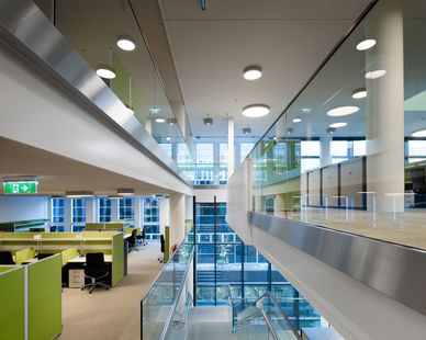 Natural light and a view of the surroundings improves performance and well-being. These criteria are particularly important for scientists, as they require a comfortable, well-lit environment that is free from heat or glare issues in order to maintain a high level of concentration required for their work.