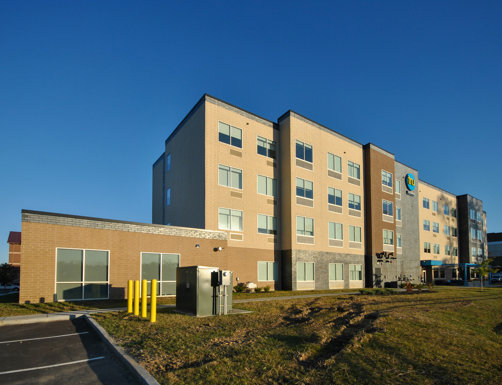 A clean and earth-toned colored exterior finish at Hilton Tru Hotel featuring the Speedymason Brick Lath.