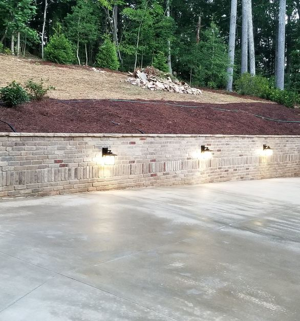 Speedymason helps you upgrade your outdoor space in the form of a  retaining wall with a unique and modern aesthetic.