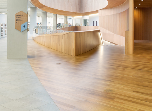 The raised floor was designed to feature some unique finish applications and customized transition details to allow the architects to balance the exibility of the raised floor with the overall aesthetic goals of the library.