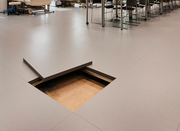 Tate's raised access floor is used to distribute power, data, and HVAC to laboratories, classrooms, office spaces, and simulation areas. With over 250,000 square feet of raised floor installed throughout the building, multiple finishes were used, including medical-grade rubber, high-pressure laminate, and carpet.