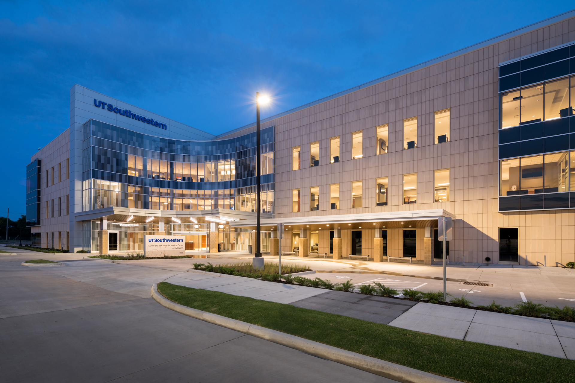 The UT Southwestern Moncrief Medical Center project in Fort Worth, Texas utilizes a vertical installation of Terreal Piterak Slim terracotta wall cladding.