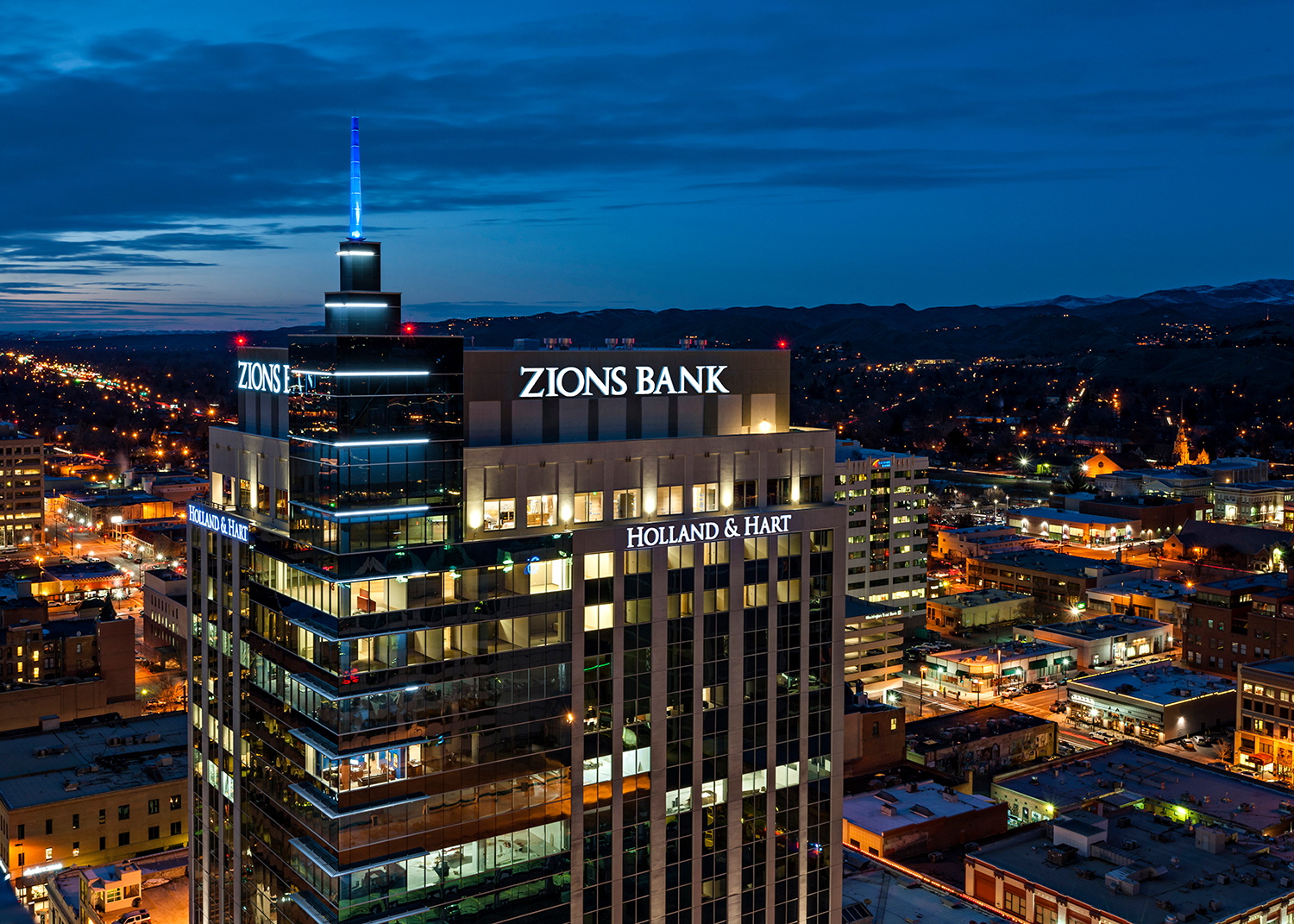 Zions Bank, in Boise, ID, was a curtainwall project completed by Tubelite using their dependable 400 Curtainwall system.  Photographer: Marc Walters Photography