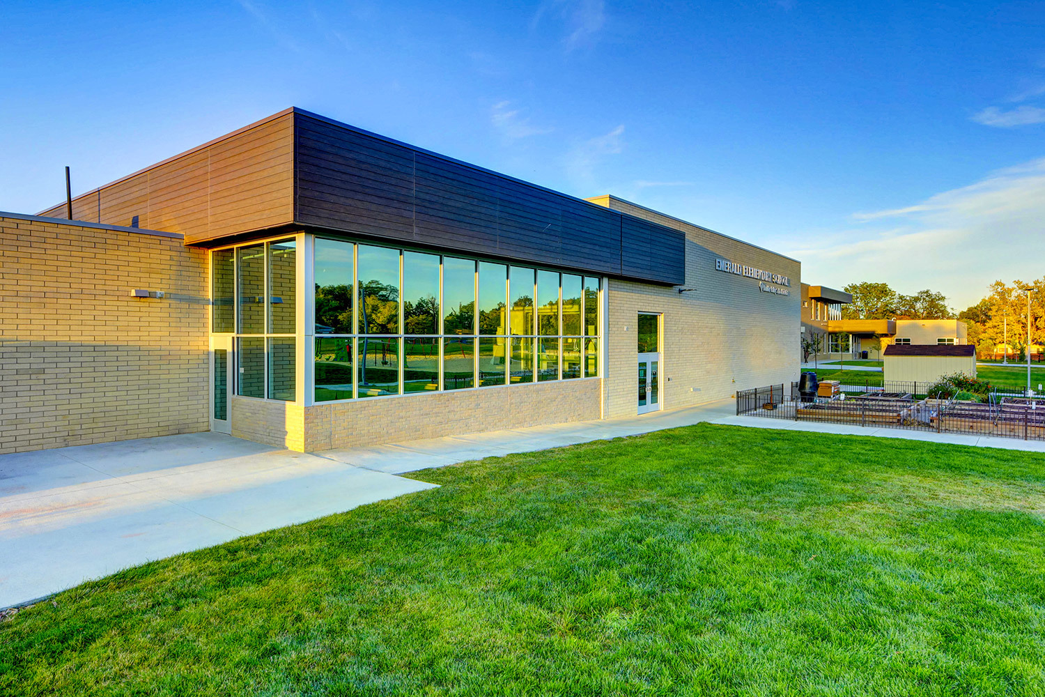 This storefront and window project in Broomfield, CO was outfitted with Tubelite's TU24650.  Photographer: Matt Puckett