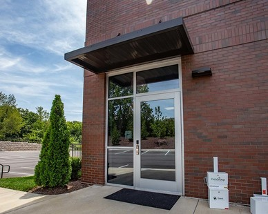 An inviting exterior entry at the Heritage Medical Office Building using Tubelites T1400 I-O Storefront products.   Photography Credit:Andi Whiskey