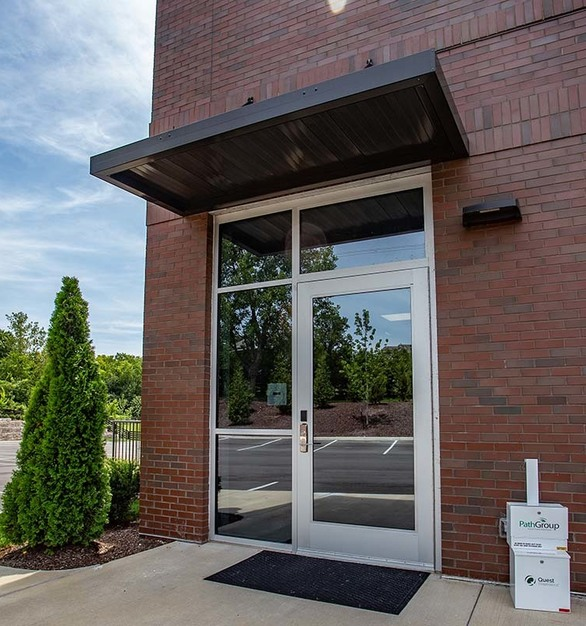 An inviting exterior entry at the Heritage Medical Office Building using Tubelites T1400 I-O Storefront products. 