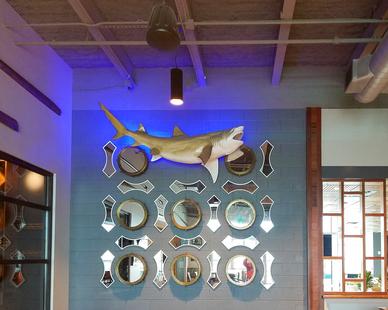 Uniform Linear Chesapeake's Restaurant Bar Restaurant LED Strip Backlit Wall Mounted Fish Decor