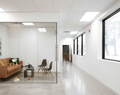 Fully glazed meeting rooms are organized in a matrix forming a box-within-a-box configuration. The transparency ensures even, subtle northern light. Circulation lies within the interstitial space between the boxes.